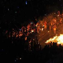 我国多地同庆火把节 西昌超10万人参与狂欢