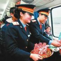 """K165次列车上的""""彝族年"""""""