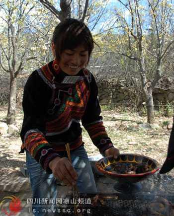 彝家阿妹正在为游客准备美食