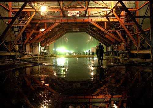 中国水利电力工程第六工程局的职工正在溪洛渡水电站导流洞内进行施工